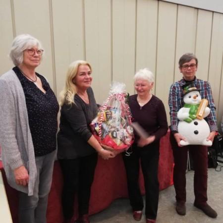 Dorothee Hönke mit den Gewinnerinnen Barbara Thiemeyer, Maria Krupski und Gudrun Kruppe (v. l.)