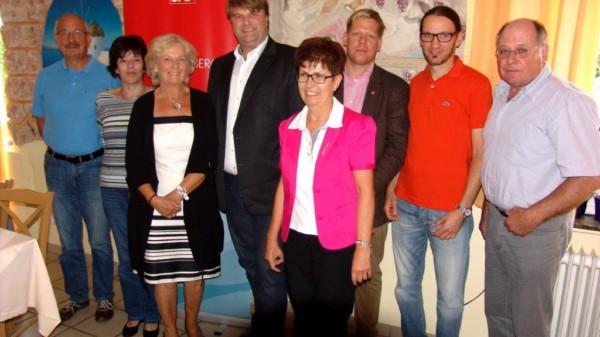 Landrat Tjark Bartels mit den Hastebecker Kandidaten