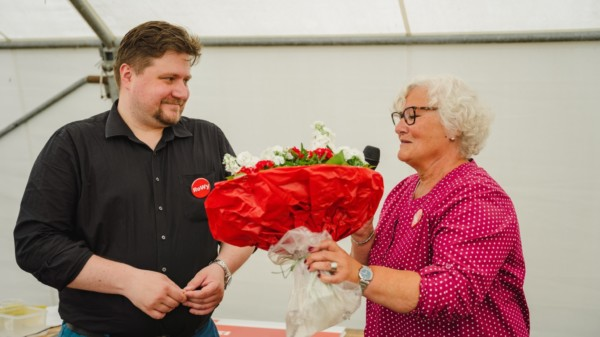 Dr. Robert Wycislo erhält Blumen